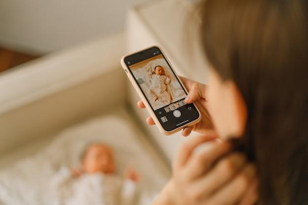 Mãe tirando foto de menino no celular