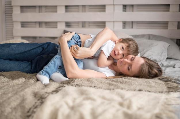 Mãe, tocando, abraçando, filho