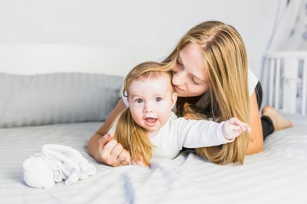 Mãe, tocando, com, dela, bebê