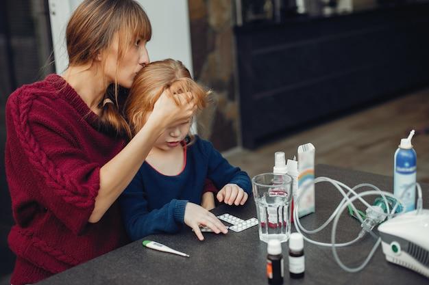 Mãe trata a filha em casa