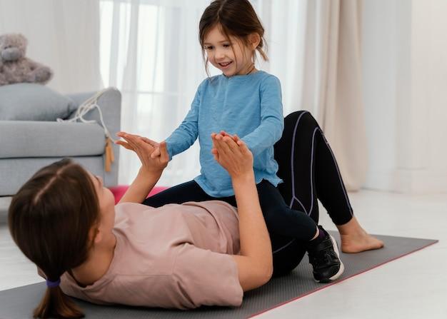 Mãe treinando com criança sorridente