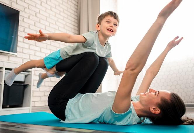Mãe treinando junto com o filho feliz