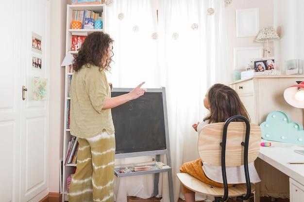 Mãe tutoria garota em casa