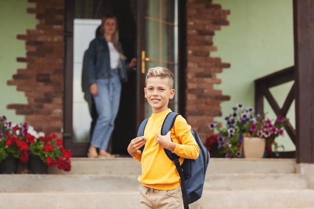 Mãe vendo filho indo para a escola