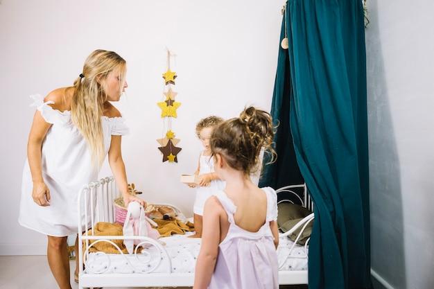 Mãe visitando crianças no quarto