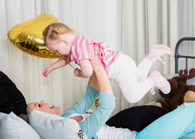 Mãe vomitando filha