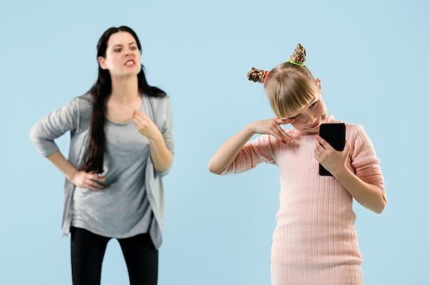 Mãe zangada repreendendo a filha em casa