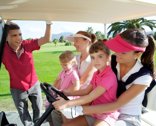 Mães e filhas de golfe em buggy