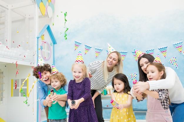 Mães emocionais ajudando crianças a estourar biscoitos Foto Premium