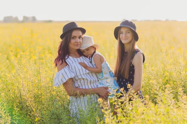 Mães olhando para sua filha e a adorando. casal de lésbicas está muito feliz em adotar uma criança. família lgbt.