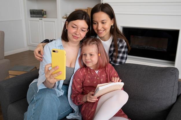 Mães passando um tempo juntas com sua filha em casa