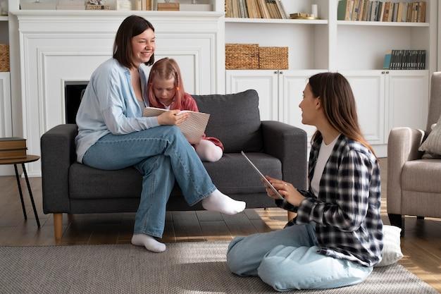 Mães passando um tempo juntas com sua filha
