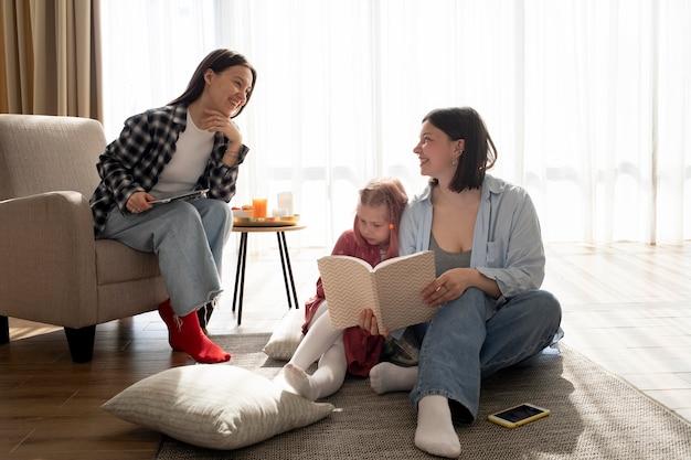 Mães passando um tempo juntas com suas filhas dentro de casa