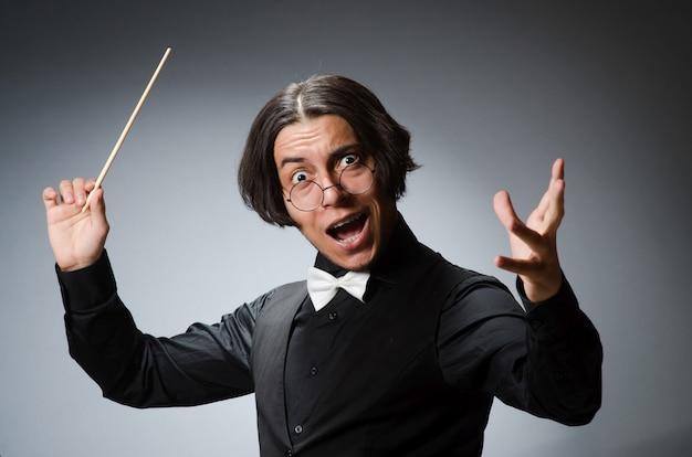Maestro engraçado no conceito musical
