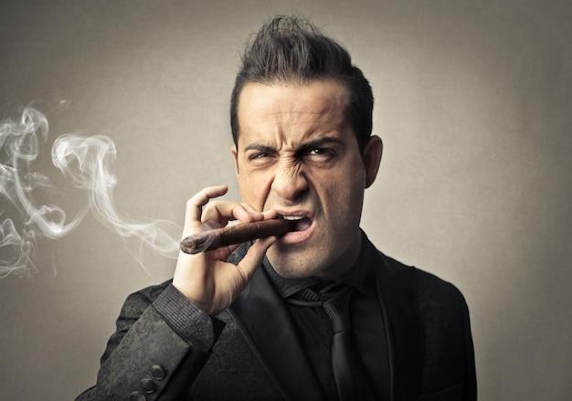 Mafioso com raiva fumando um charuto