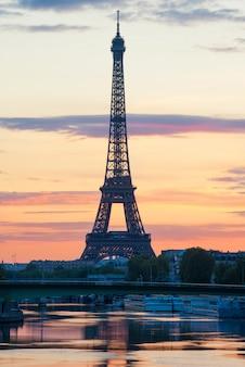 Mage da torre eiffel com a reflexão no seine river em paris, frança.
