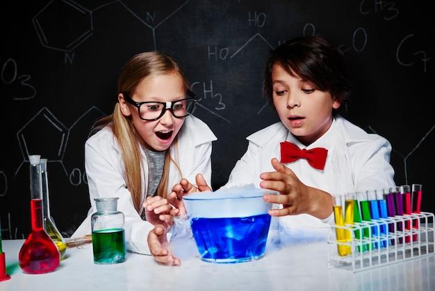 Magia química no laboratório da escola