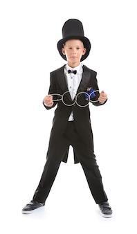 Mágico bonitinho mostrando o truque com anéis em branco