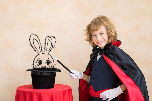 Mágico criança segurando a varinha mágica.