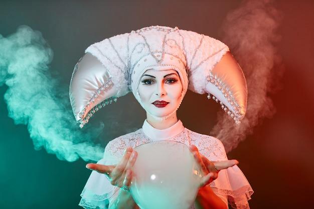 Mágico de artista de circo mostra truques com bolhas de sabão. uma mulher e uma garota inflam bolhas de sabão no circo no show