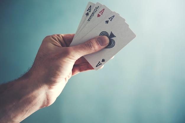 Mágico mão segurando cartas de jogar