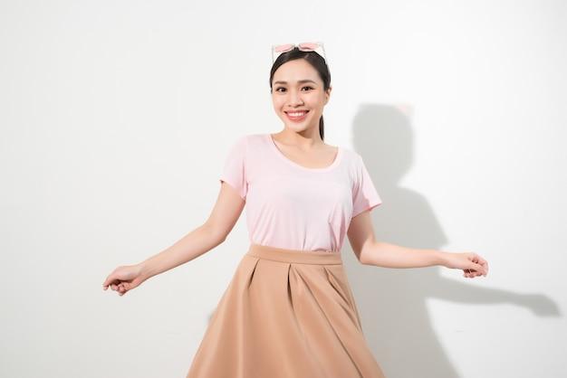 Magnífica garota dançando com um sorriso. retrato interior de inspirada senhora caucasiana com roupa romântica, expressando emoções felizes.