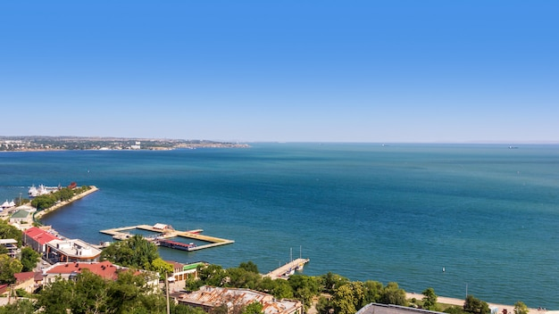 Magnífica paisagem de verão com vista para o mar e o aterro da cidade de kerch do monte mithridates