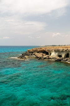 Magníficas cavernas marinhas estão localizadas na costa leste, perto da cidade de ayia napa.