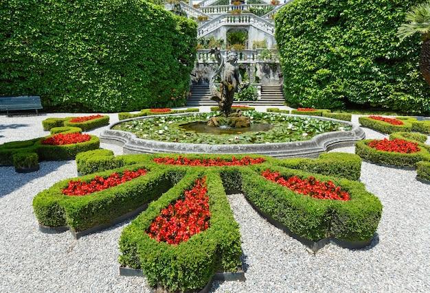 Magnífico parque com fonte, estátua e canteiros de flores