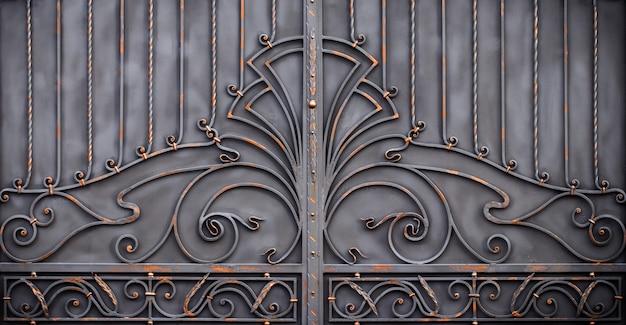 Magníficos portões de ferro forjado, forjamento ornamental, close-up de elementos forjados.