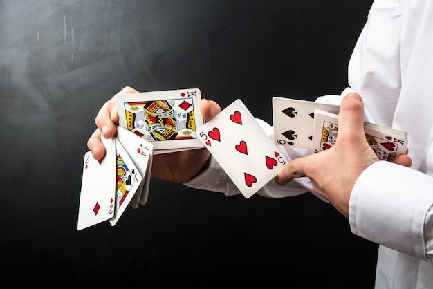 Mago com cartas de jogar