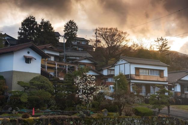 Magome juku preservou a cidade em nakasendo ao nascer do sol, vale kiso, nakatsugawa, gifu, japão. destino turístico famoso com fachada de edifício de madeira na primavera