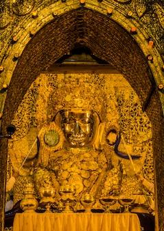 Mahamuni buda é o mais famoso de todos os lugares religiosos em mandalay, myanmar