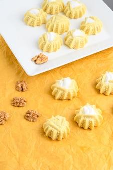 Mahmoull, um doce árabe típico isolado em um fundo amarelo