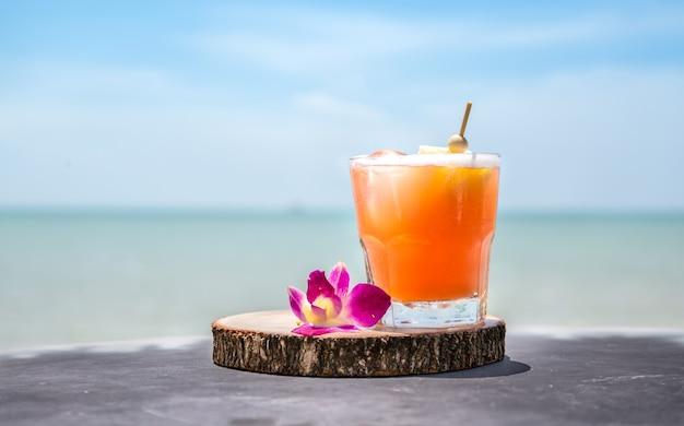 Mai tai beber no bar da praia. feche acima da bebida alcoólica.