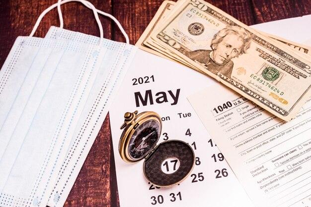 Maio calendário declaração de impostos e máscaras faciais.