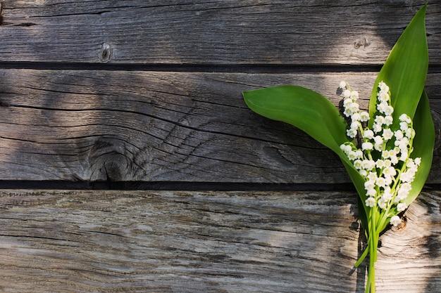 Maio-lírio em fundo de madeira