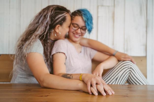 Mais do que amizade entre duas mulheres. amor multicultural sem fronteiras.