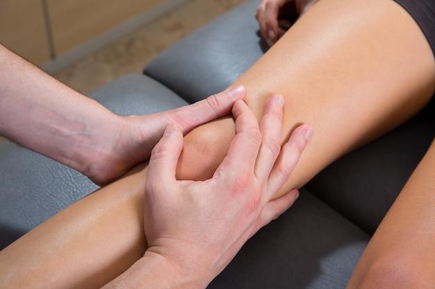 Maitland massagem terapêutica na perna da mulher