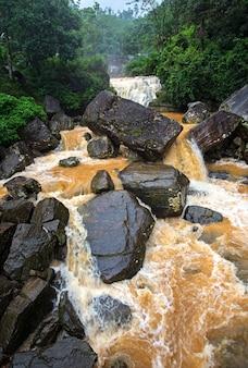 Majestosa cachoeira ramboda, símbolo do sri lanka