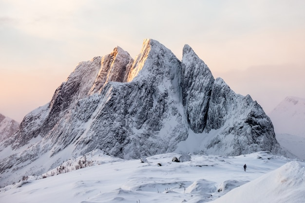 Majestosa, nevado, montanha, com, alpinista, ligado, neve, colina, em, amanhecer