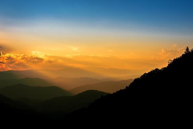 Majestosa paisagem de montanhas no pôr do sol com nuvens