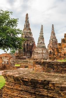 Majestosas ruínas de 1629 wat chai watthanaram construídas pelo rei prasat tong com seu principal prang (centro) representando o monte meru, a morada dos deuses