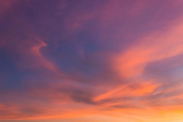 Majestoso céu ao entardecer à noite