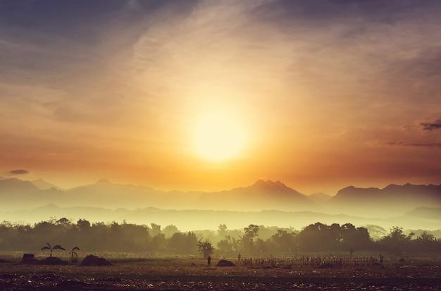 Majestoso nascer do sol na paisagem rural. ilha de luzon nas filipinas.