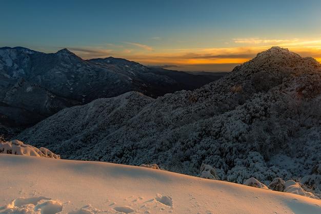 Majestoso pôr do sol na paisagem de montanhas de inverno