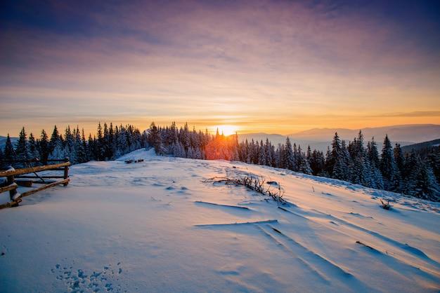 Majestoso pôr do sol no inverno