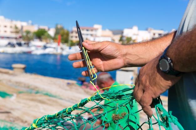 Majorca cala ratjada pescador costura rede de pesca