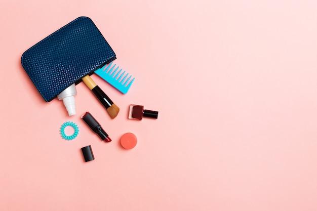 Make up produtos derramando fora do saco de cosméticos