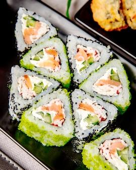 Maki com pepino de salmão e queijo creme vista lateral